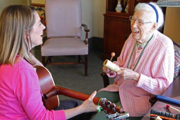 Библиотерапия для пожилых людей в пансионате Спб. О пользе чтения в преклонном возрасте.